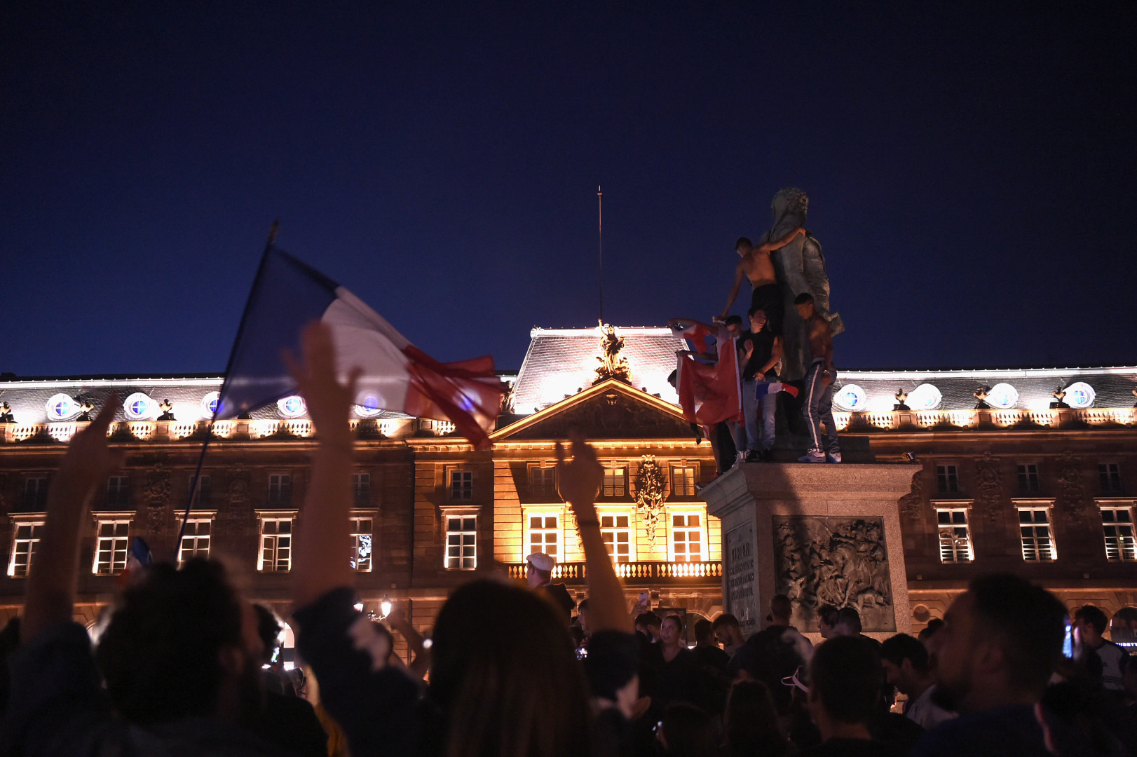À Strasbourg, la place de l'Hôtel de Ville était comble. Les supporters étaient en liesse ce mardi 10 juillet au soir.