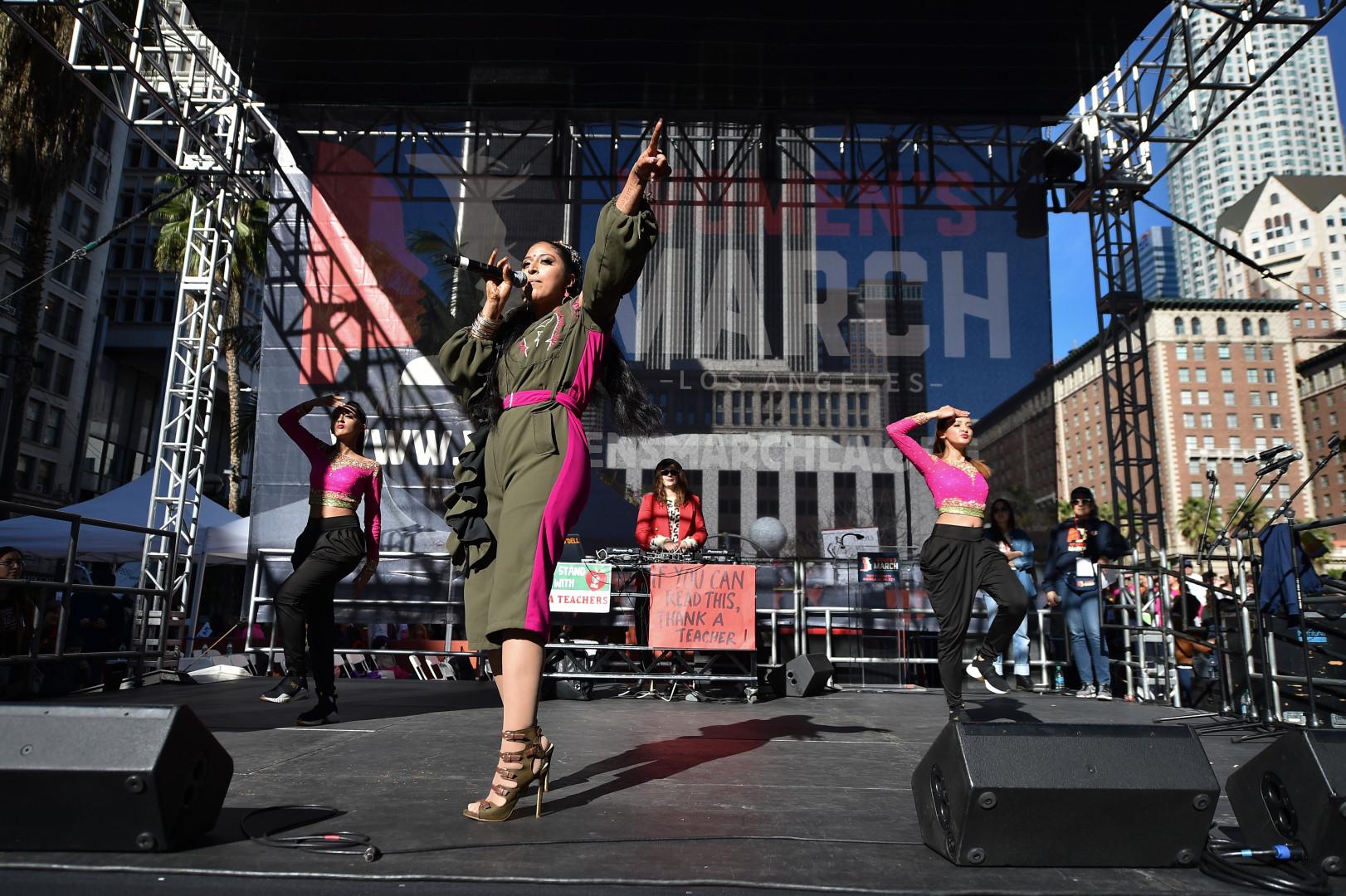 La rappeure indo-américaine Raja Kumari sur scène pendant la Marche des femmes, le 19 janvier 2019 à Los Angeles