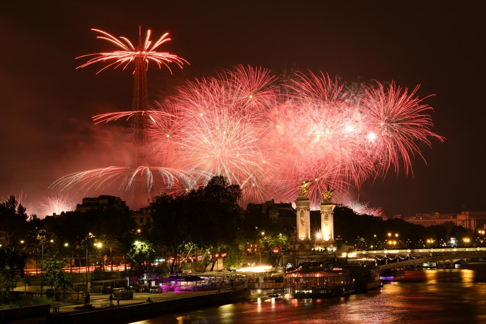 Le feu est tiré depuis la Tour Eiffel.