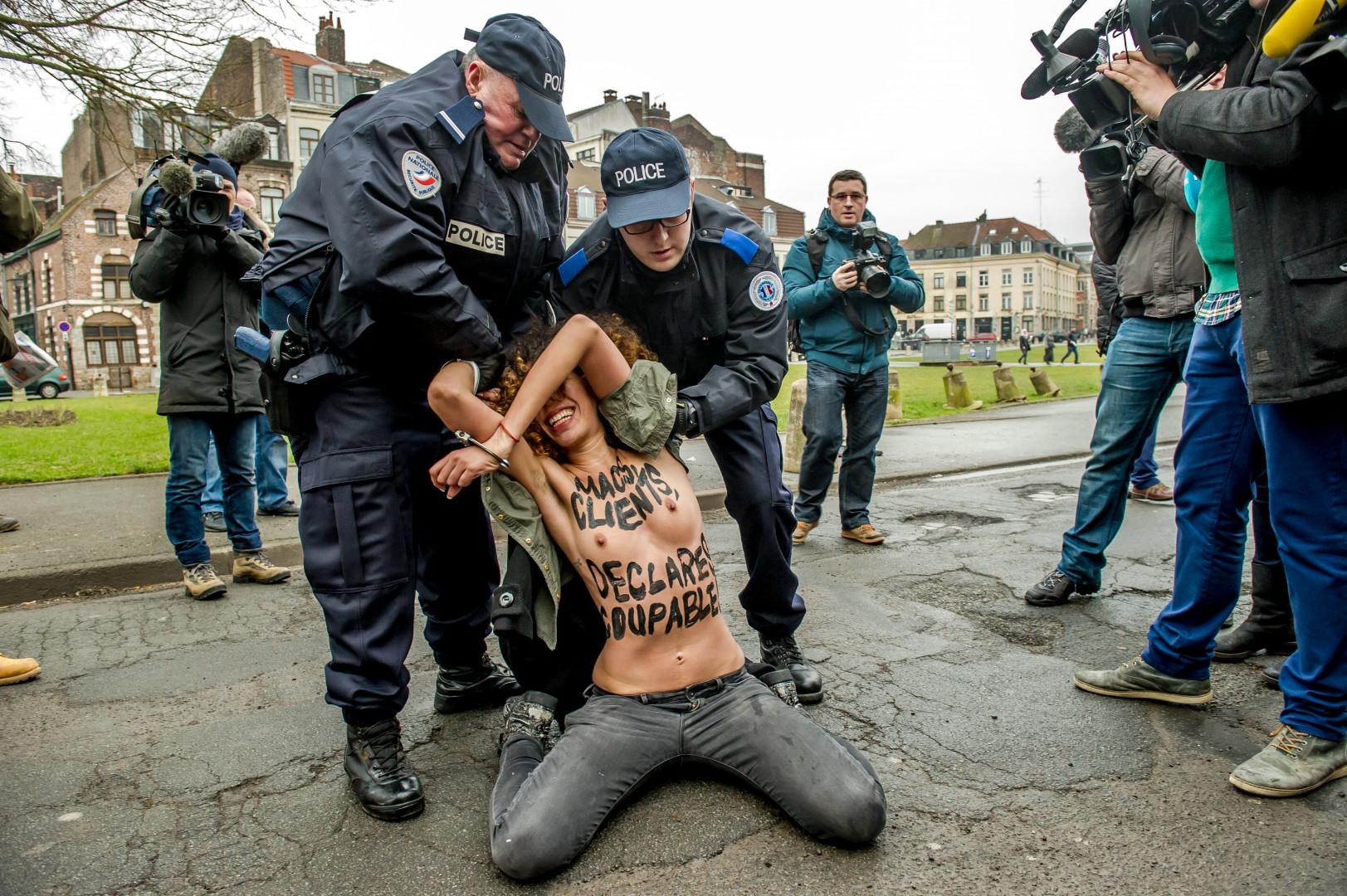 Les Femen accueillent DSK devant le tribunal de Lille. 10 février 2015.