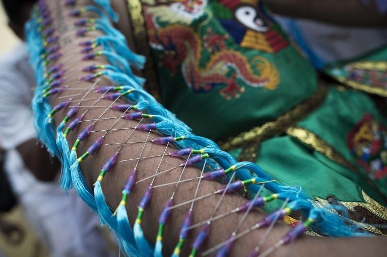 Un homme s'est percé le bras avec des aiguilles pour le Festival de Phuket