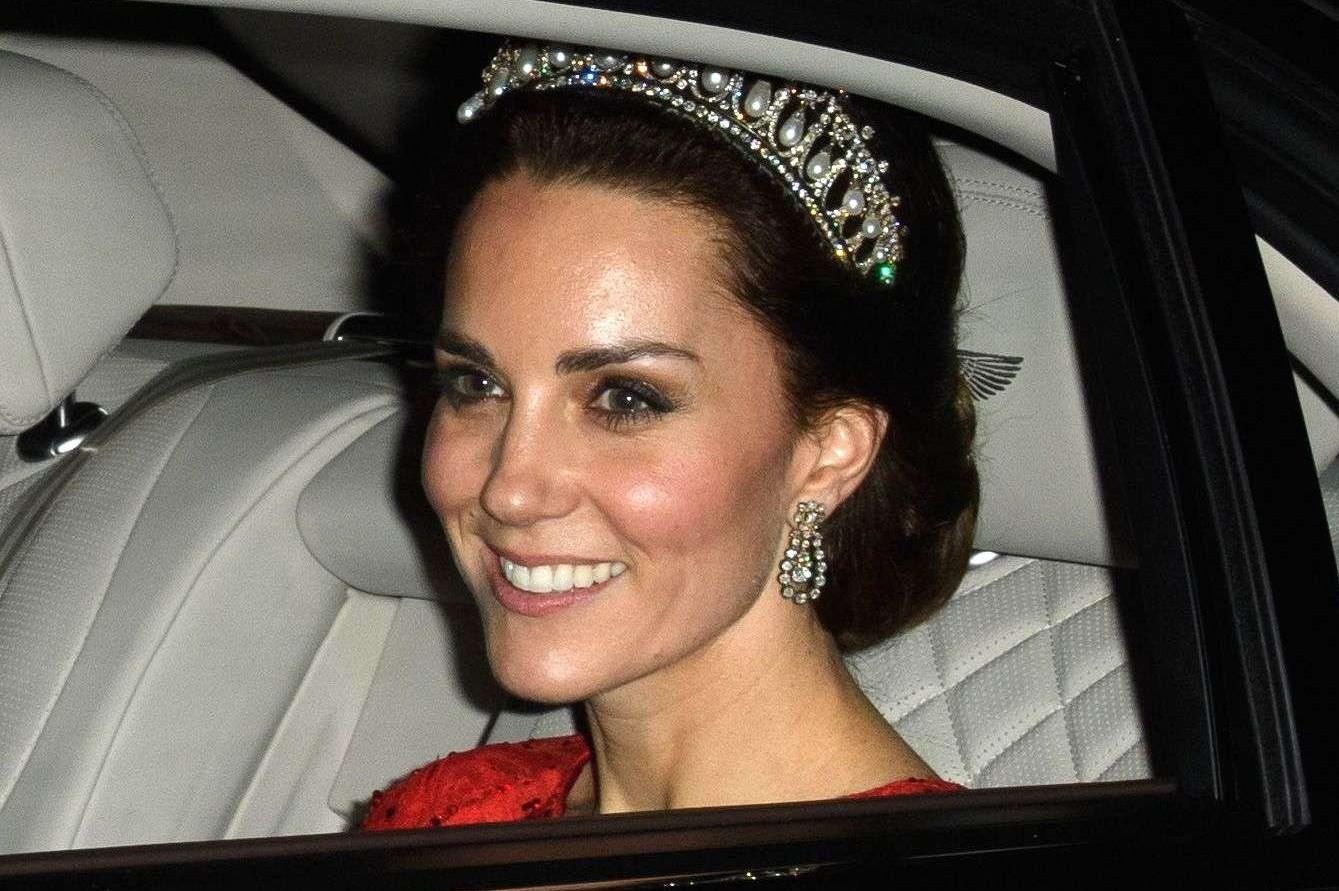 La duchesse de Cambridge porte à merveille la tiare de sa défunte belle-mère, Lady Diana, en décembre 206