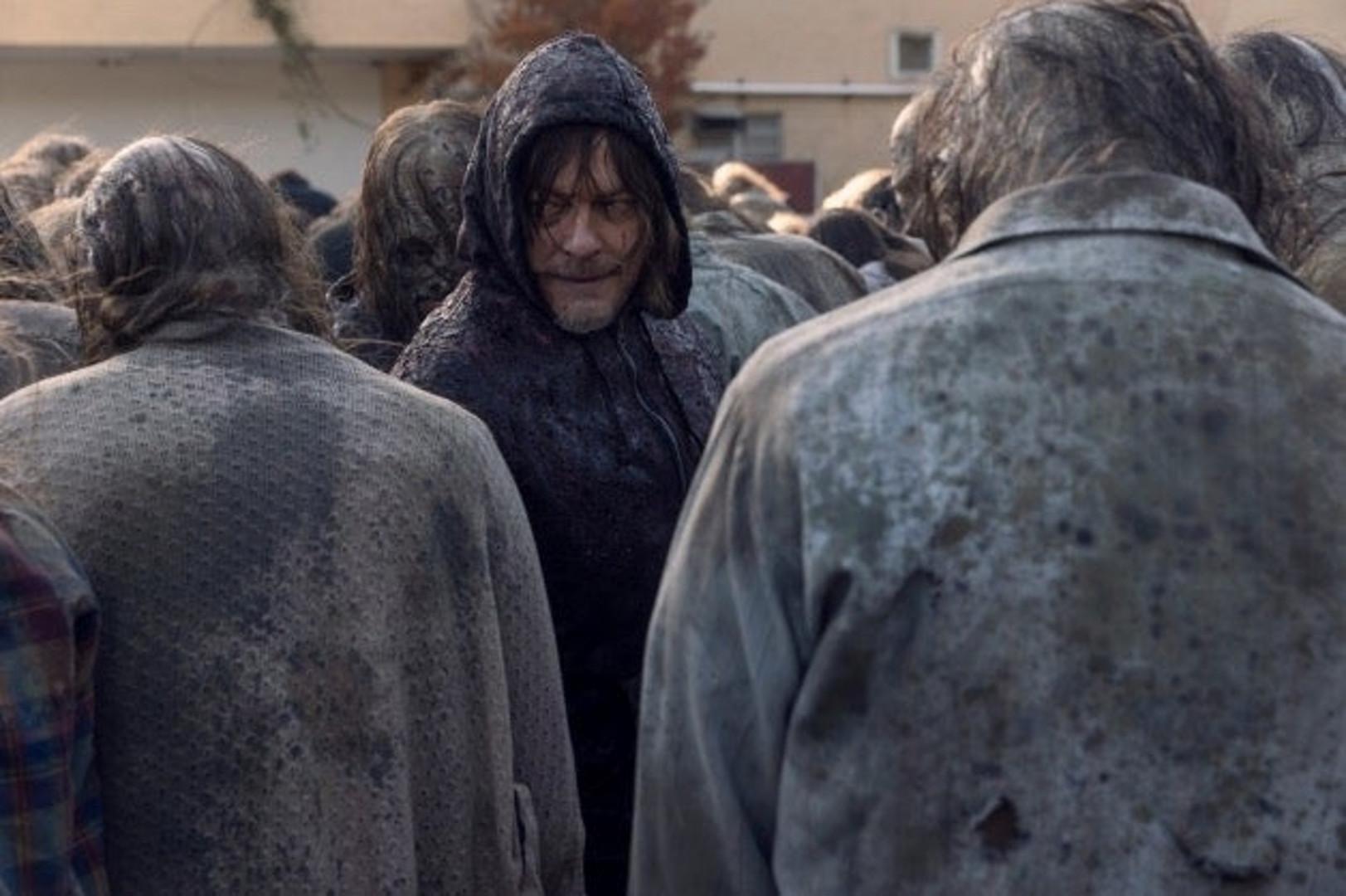 """Daryl au milieu de la horde de Beta dans l'épisode 16 de """"The Walking Dead"""""""