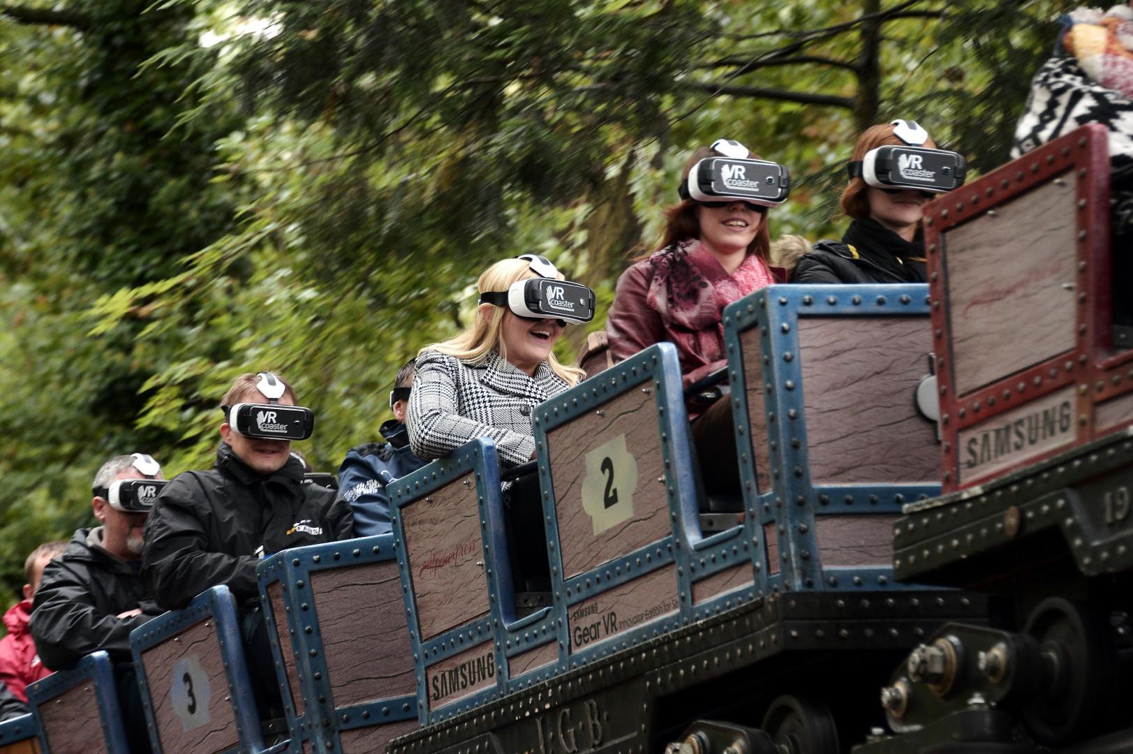 Dans cette montagne russe, les visiteurs embarquent avec des caques de réalité augmentée