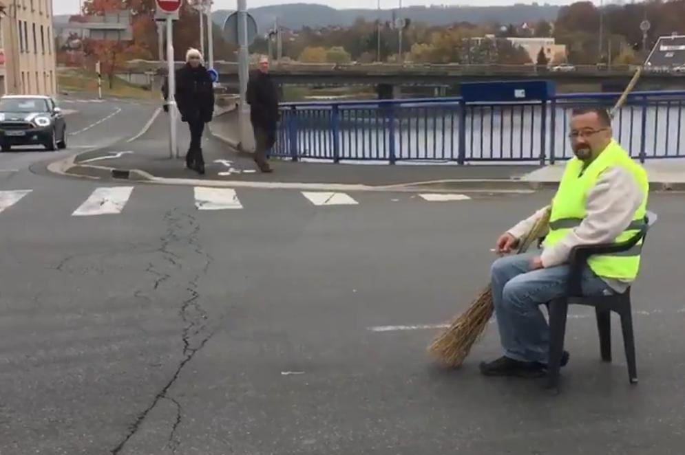 """Éric, un """"gilet jaune"""", a manifesté seul sur le pont Saint-Pierre de Montluçon le 17 novembre 2018"""
