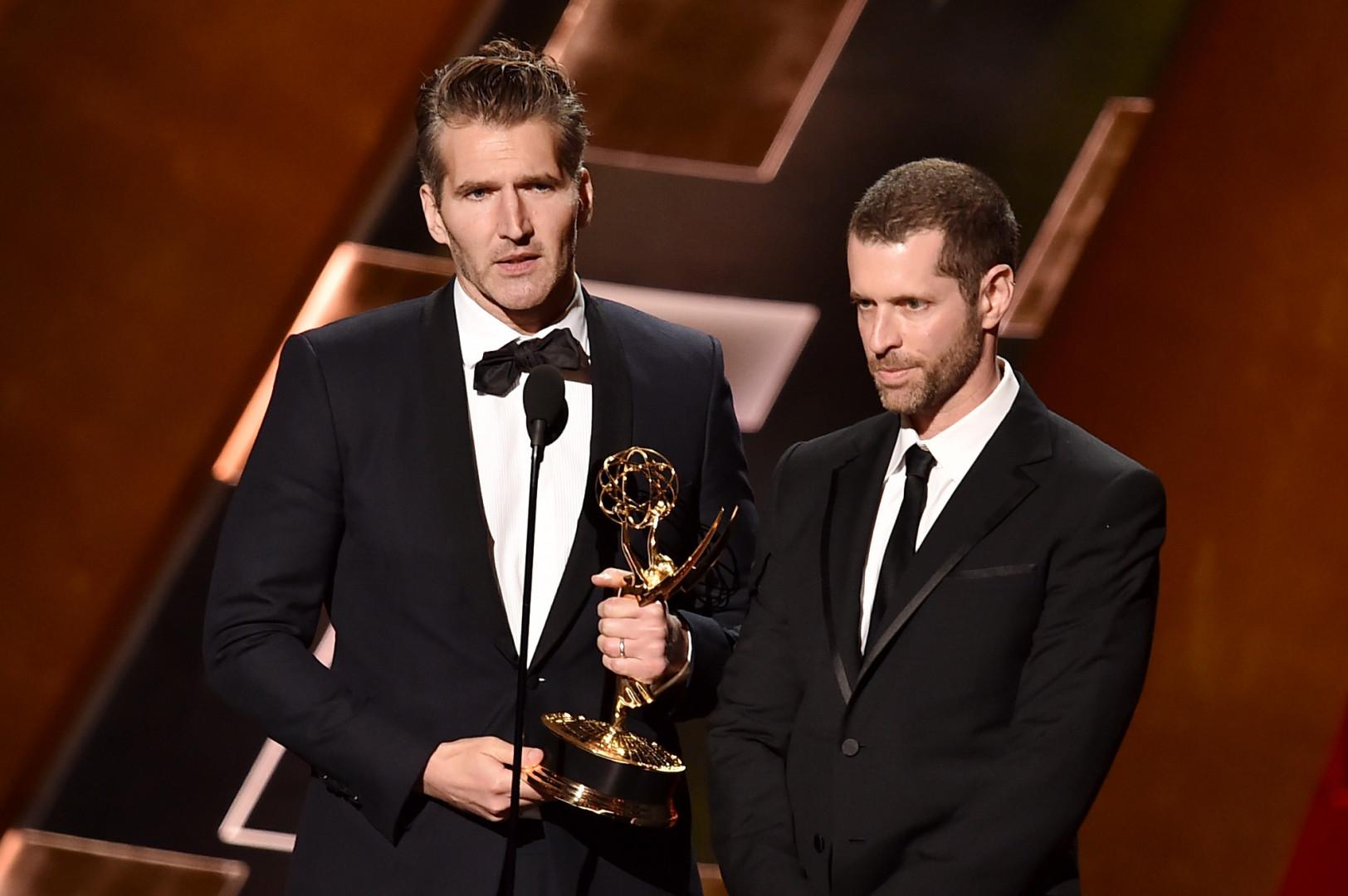 """Les coscénaristes de """"Game of Thrones"""", David Benioff et D.B. Weiss, sont montés sur la scène du théâtre pour récupérer leur prix"""