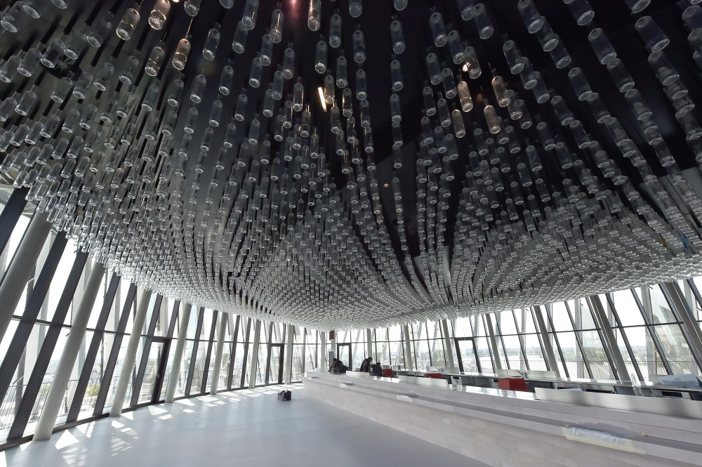 Les lumières du plafond sont en réalité des milliers de bouteilles