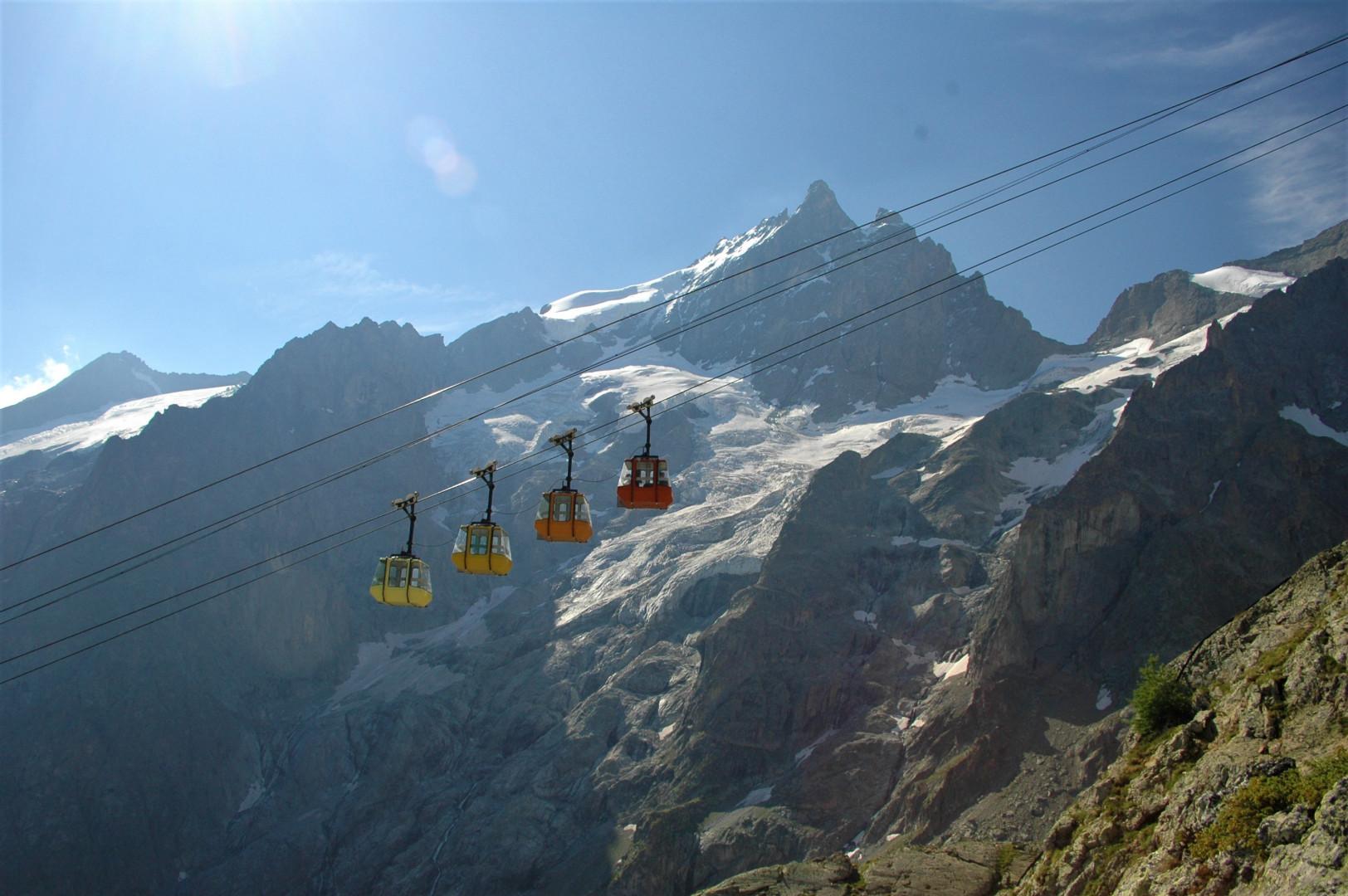 Photo du téléphérique des «  Glaciers de la Meije » dont la gare de départ se trouve au village de la Grave(Hautes-Alpes). Il monte les touristes à 3 211 mètres d'altitude, dans un secteur de haute montagne, tout près du mythique sommet de la Meije
