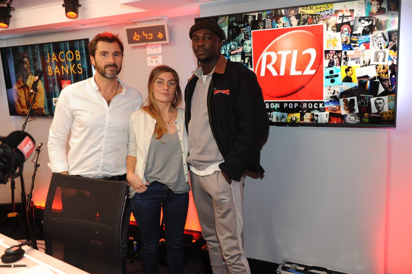 Jacob Banks en compagnie d'Eric Jean et Mathilde Courjeau dans les studios de RTL2