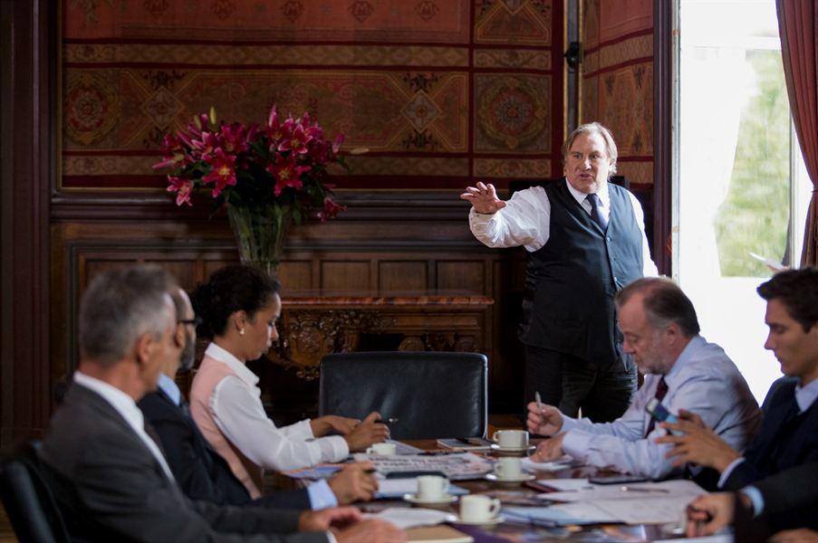 Robert Taro (Gérard Depardieu) avec son équipe