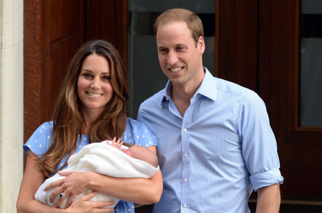 Le prince George, lors de sa naissance à l'hopital, en 2013, avec sa mère, la princesse Kate Middleton et son père le prince William.