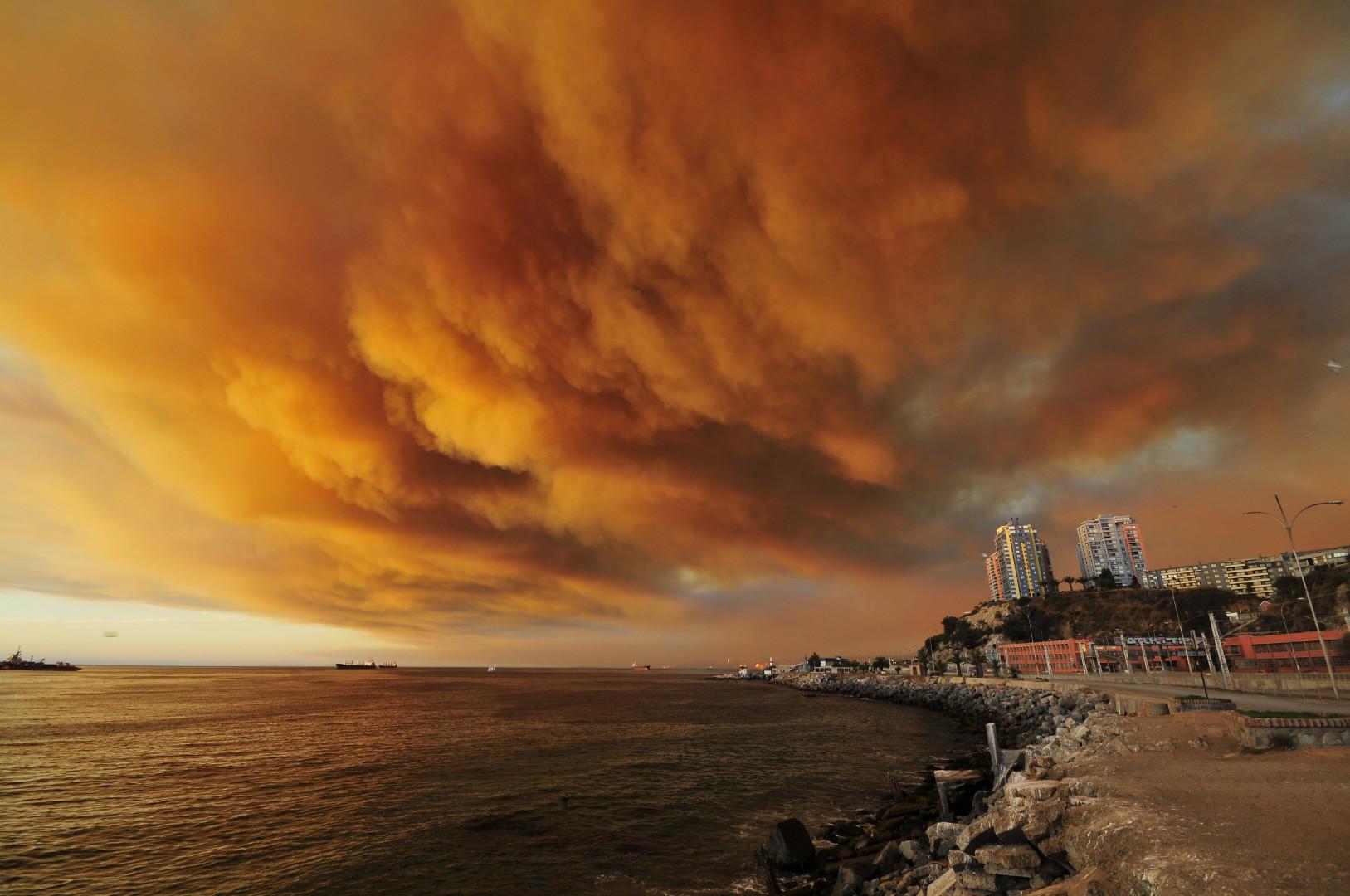 Comme le feu menace d'atteindre le port de la ville, les autorités déclarent l'alerte rouge dans la zone