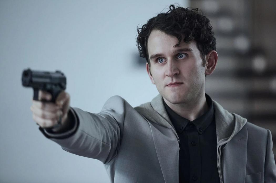 """Harry Melling était aussi au casting de """"The Old Guard"""" sur Netflix avec Charlize Theron"""