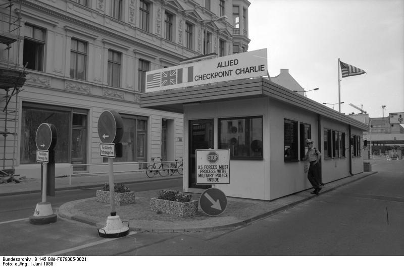 Le checkpoint Charlie, l'un des trois installés dans la ville de Berlin