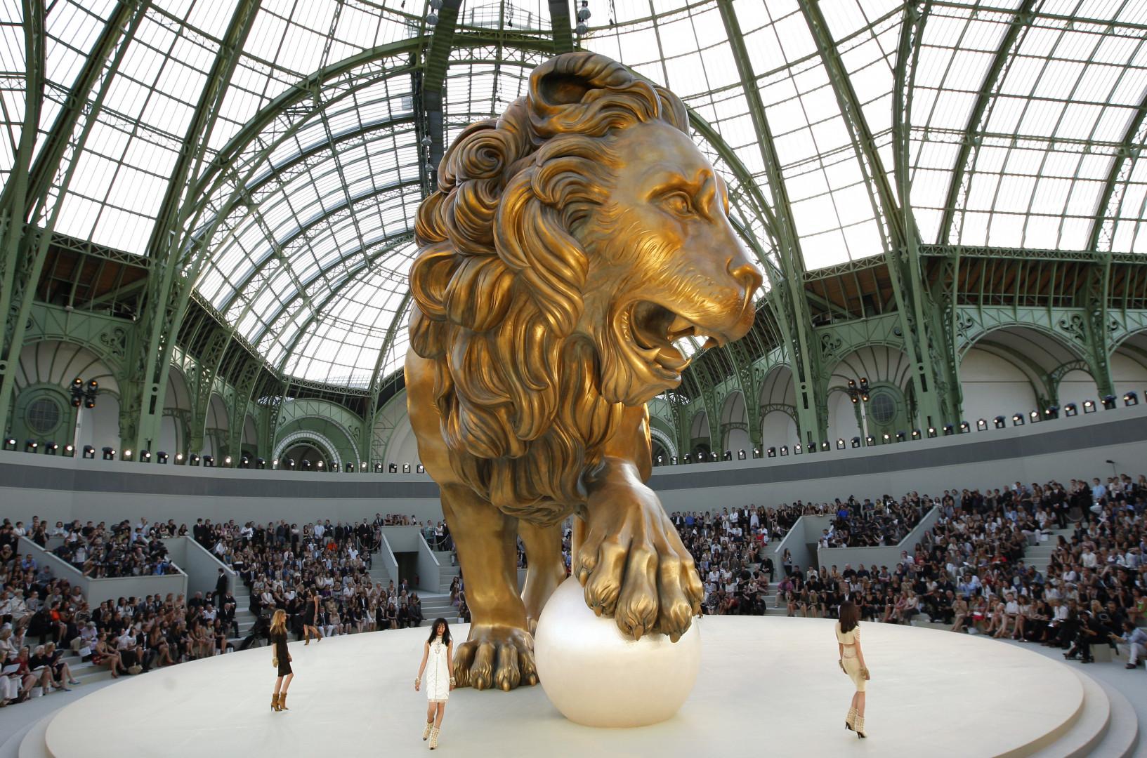 Un lion d'or géant.