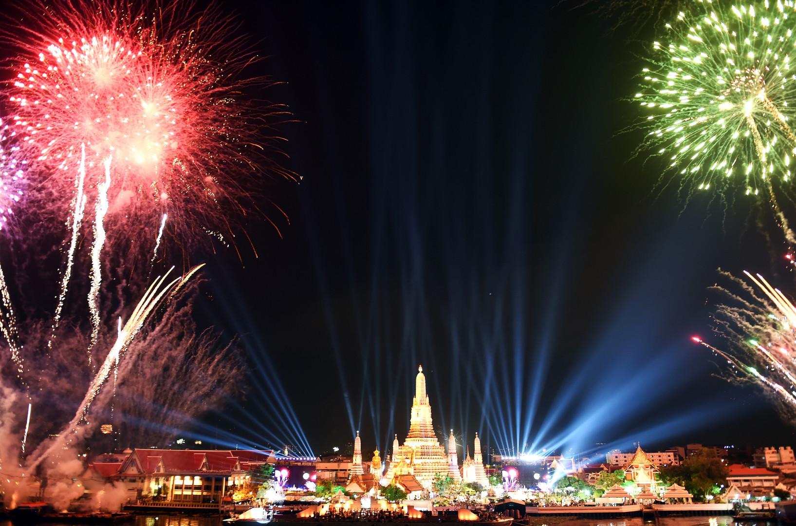 À Bangkok, des feux d'artifice au-dessus du temple Wat Arun