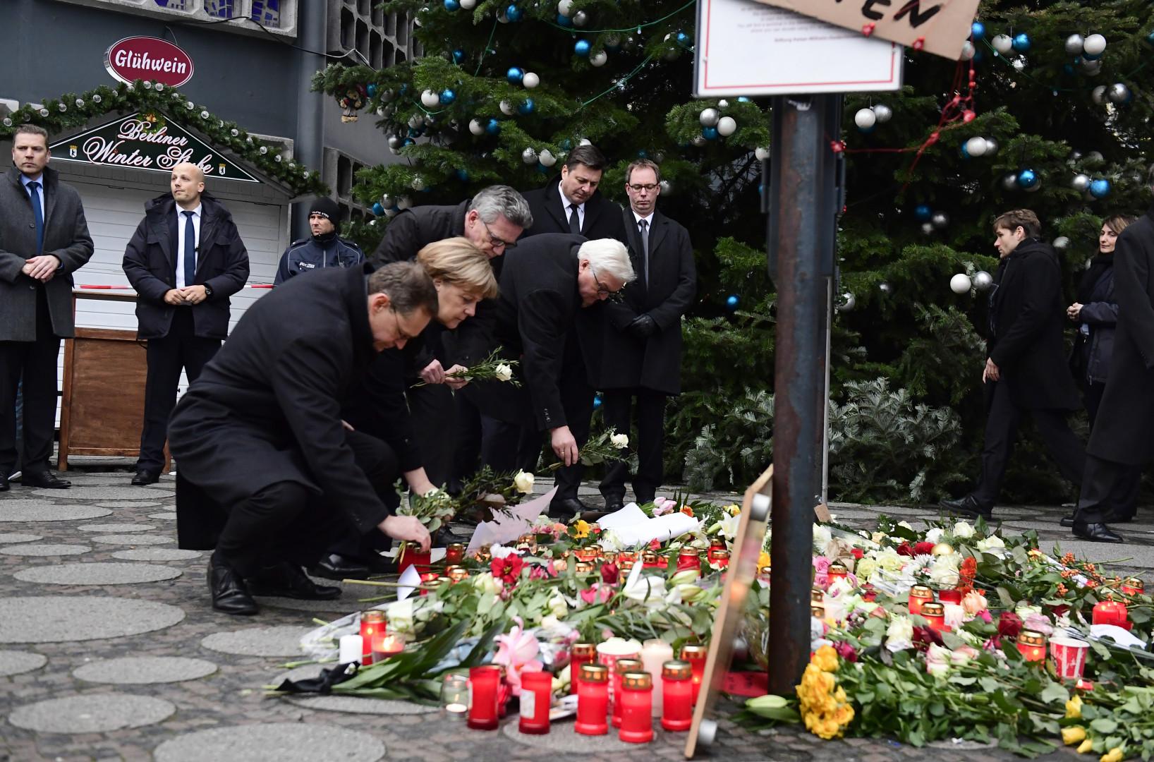Angela Merkel entourée du ministre des Affaires étrangères, du ministre de l'Intérieur et du maire de Berlin au lendemain de l'attentat perpétré à Berlin