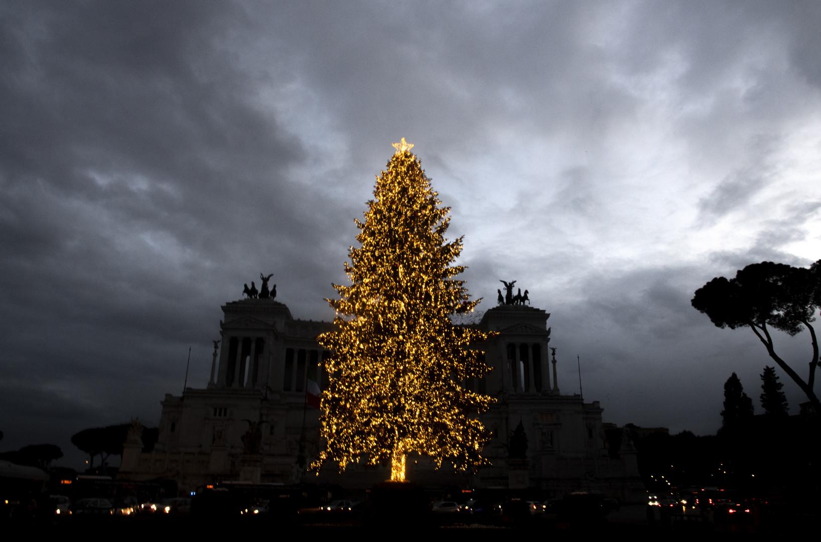 Le sapin doré de la Piazza Venezia à Rome.