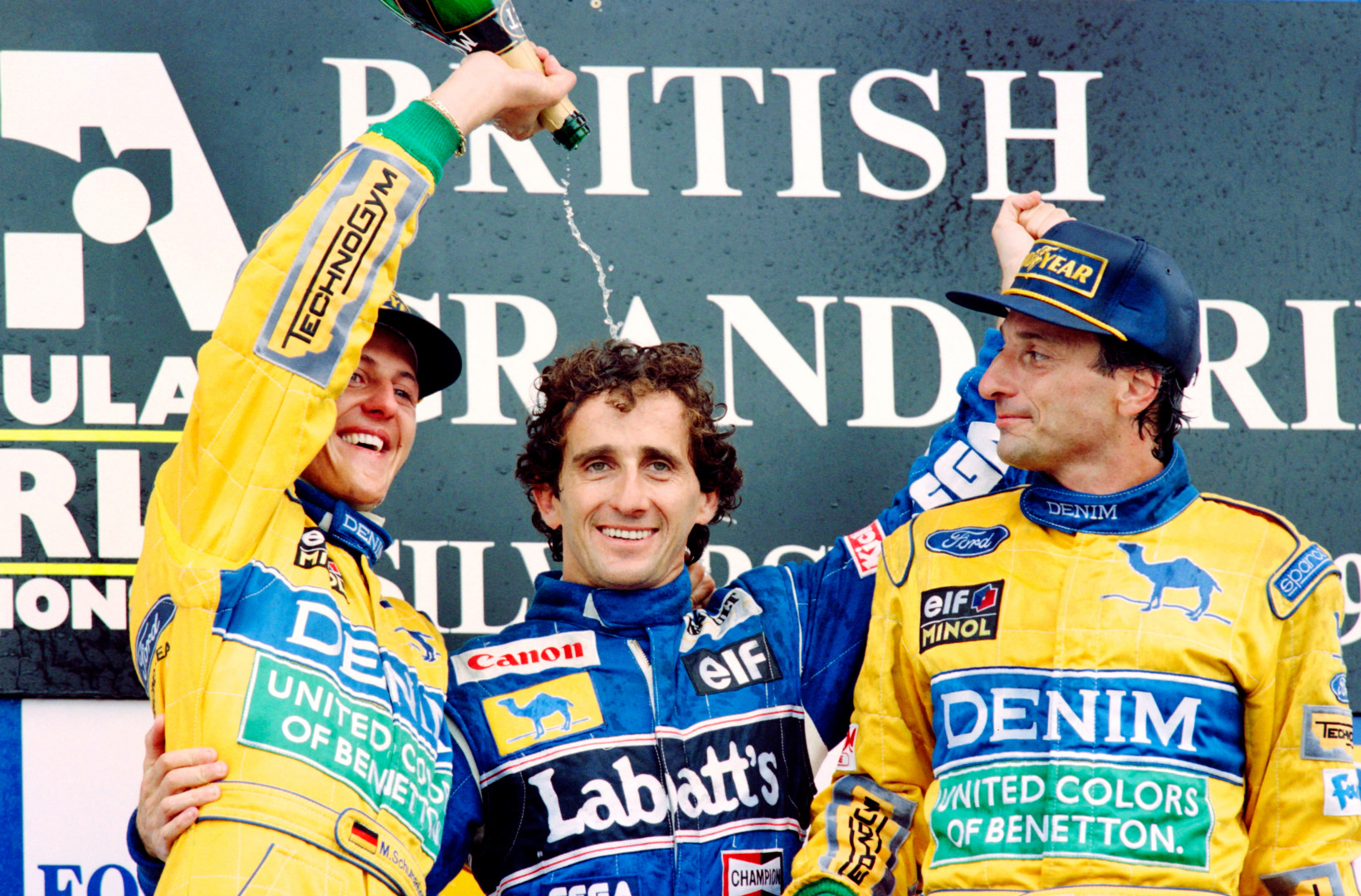 Alain Prost après sa victoire à Silverstone entre Michael Schumacher et Riccardo Patrese le 11 juillet 1993.