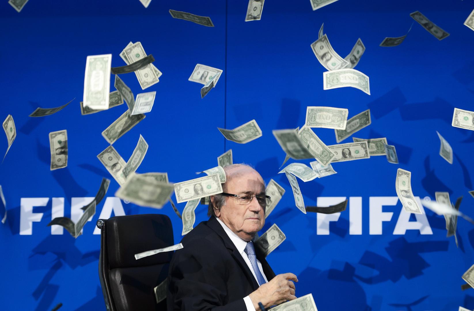 Sepp Blatter couvert de billets, la photo qui amuse le web