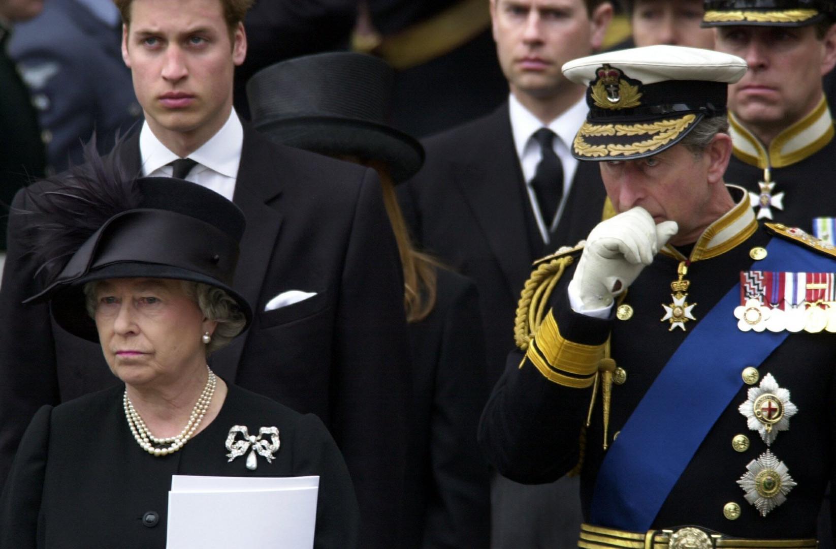 13. La même année, Elizabeth II enterre sa mère. Ici aux funérailles avec son fils et son petit-fils le 8 avril 2002
