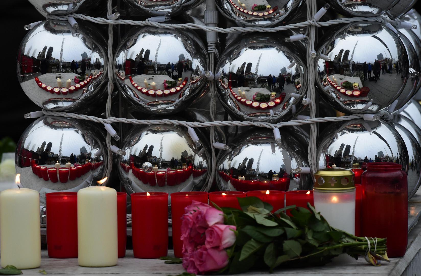 Des fleurs sont déposées en hommage aux victimes de l'attentat de Berlin, près du marché de Noël, le 20 décembre 2016.