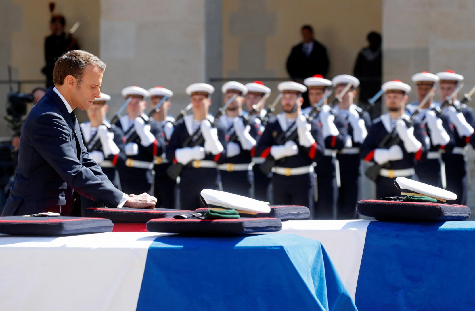 Le 14 mai 2019, Emmanuel Macron rend hommage aux deux soldats français tués au Burkina Faso