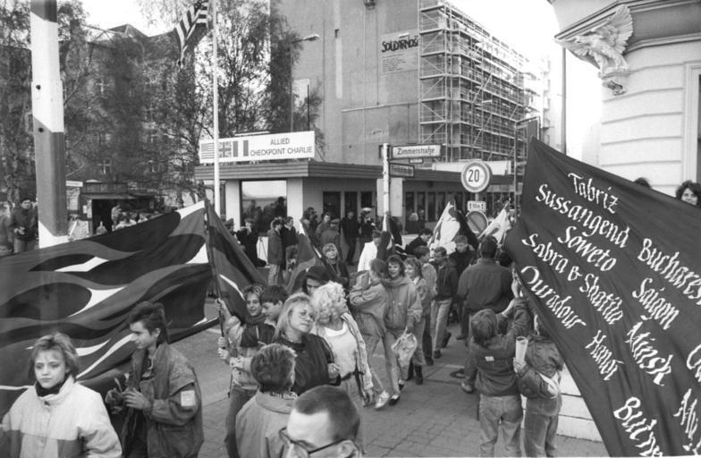 Les Berlinois en fête devant le checkpoint au moment de la chute du mur, le 17 novembre 1989