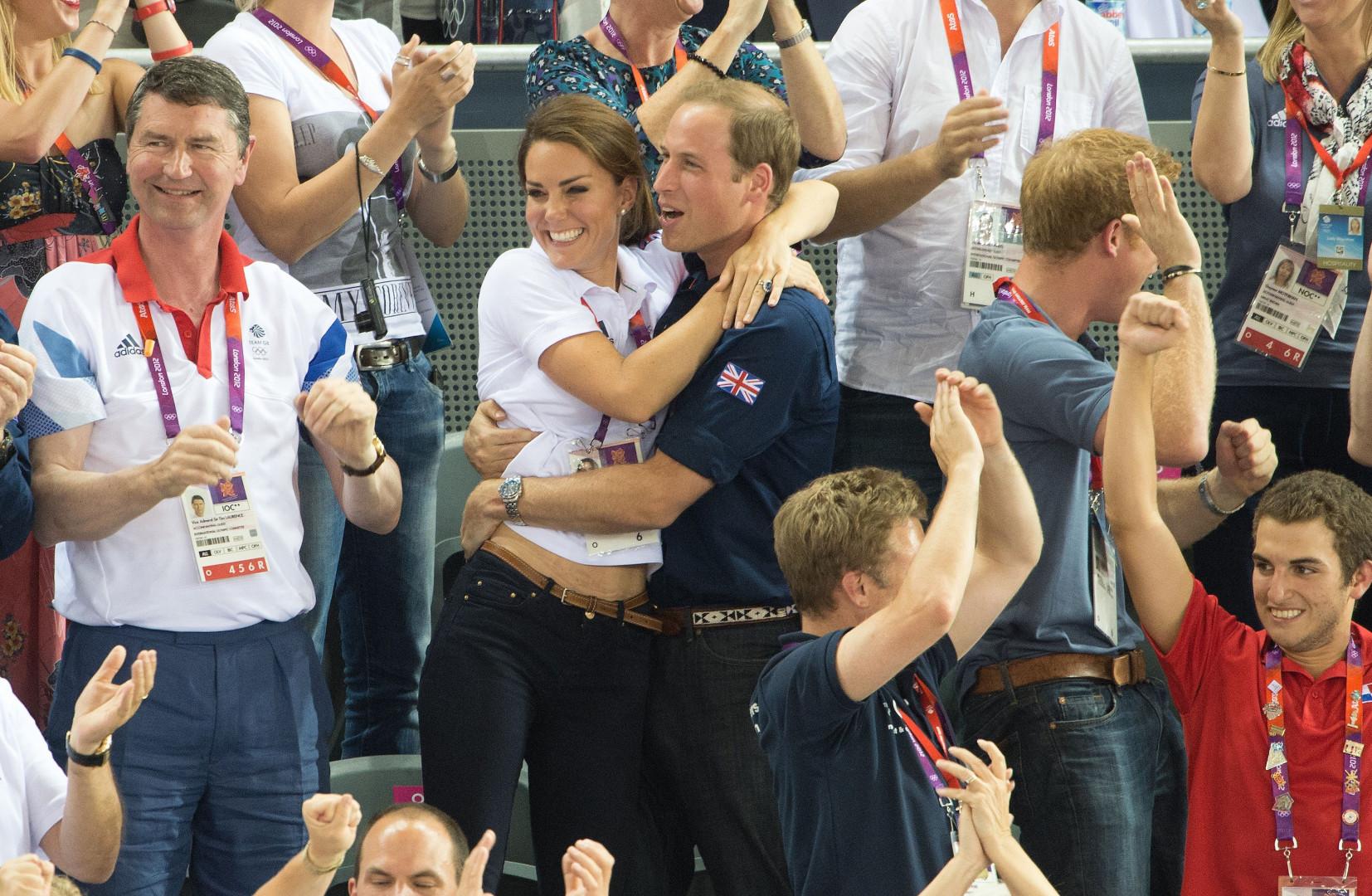 Kate et William se prennent dans les bras pendant la finale de la course cycliste à Londres le 2 août 2012