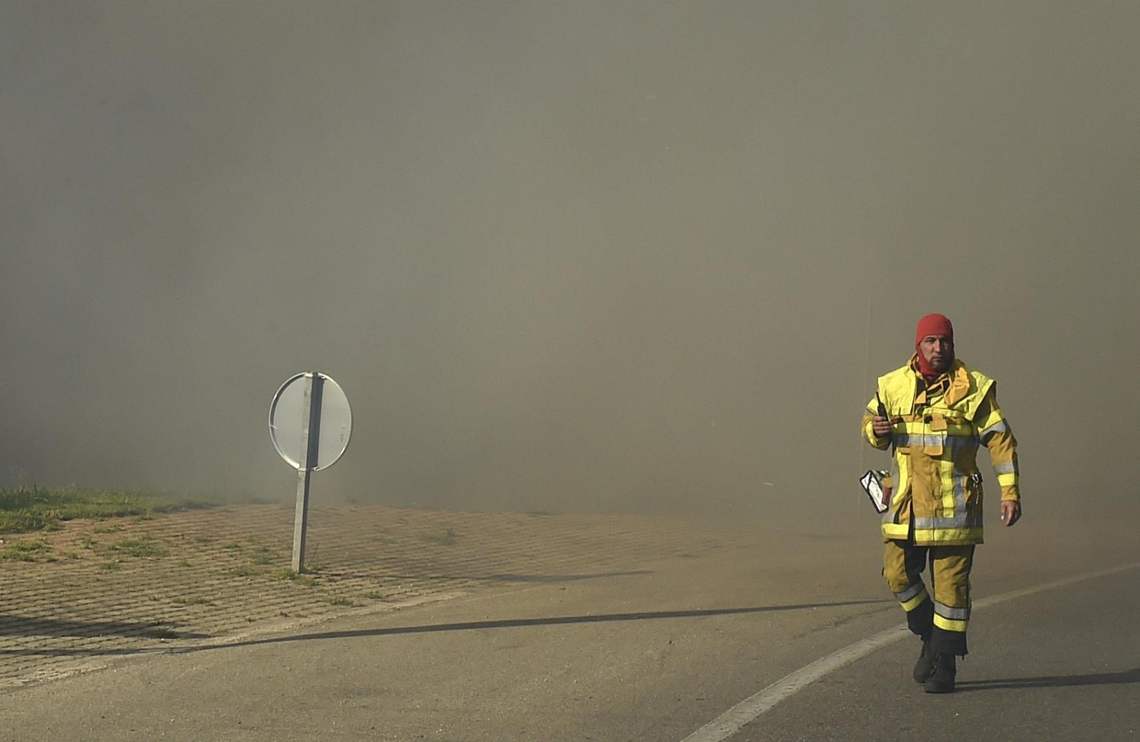 Un pompier dans un nuage de fumée provoqué par les violents incendies au nord de Marseille