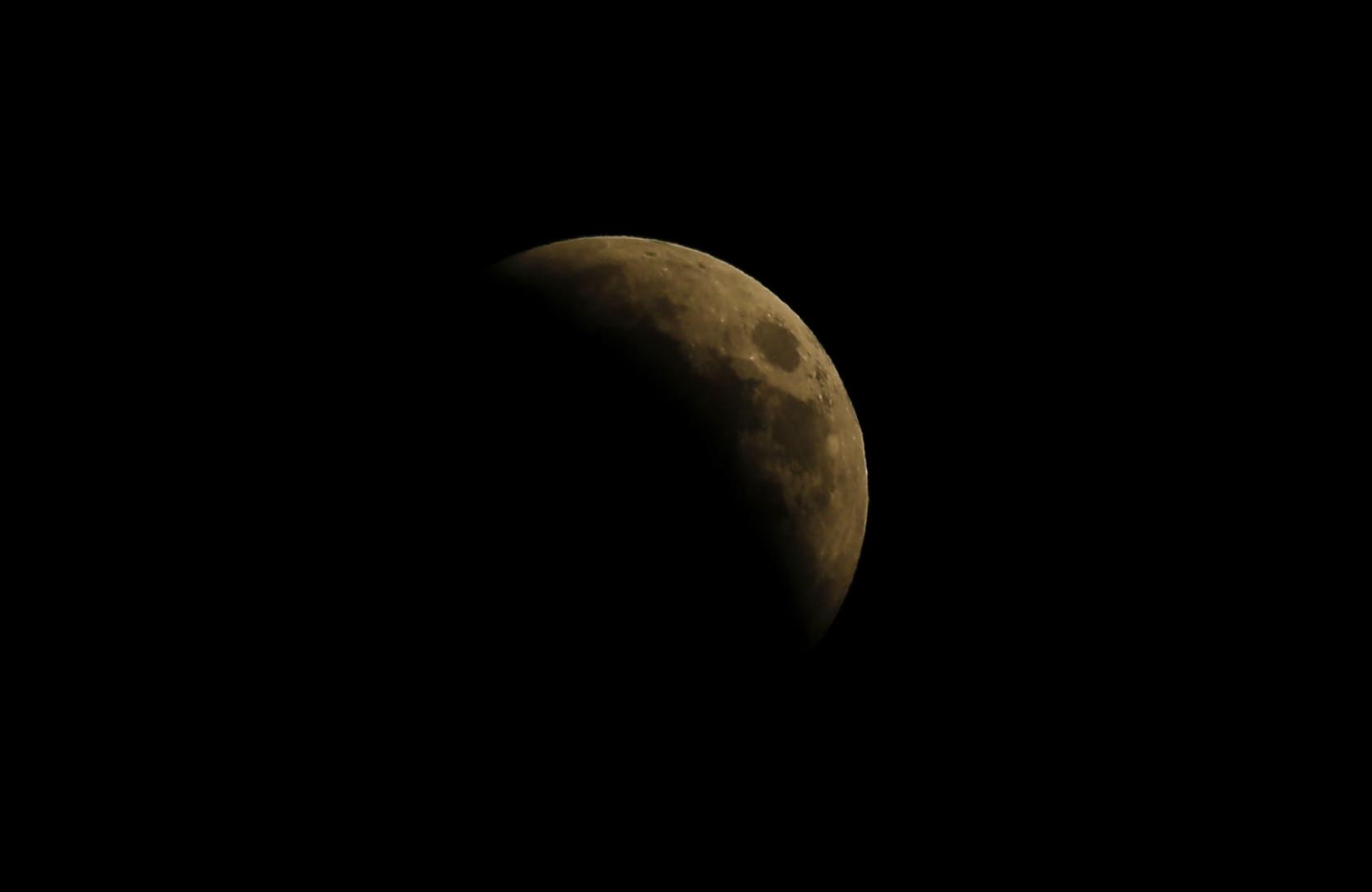 L'éclipse de Lune vue depuis la ville palestinienne de Gaza, le 27 juillet 2018