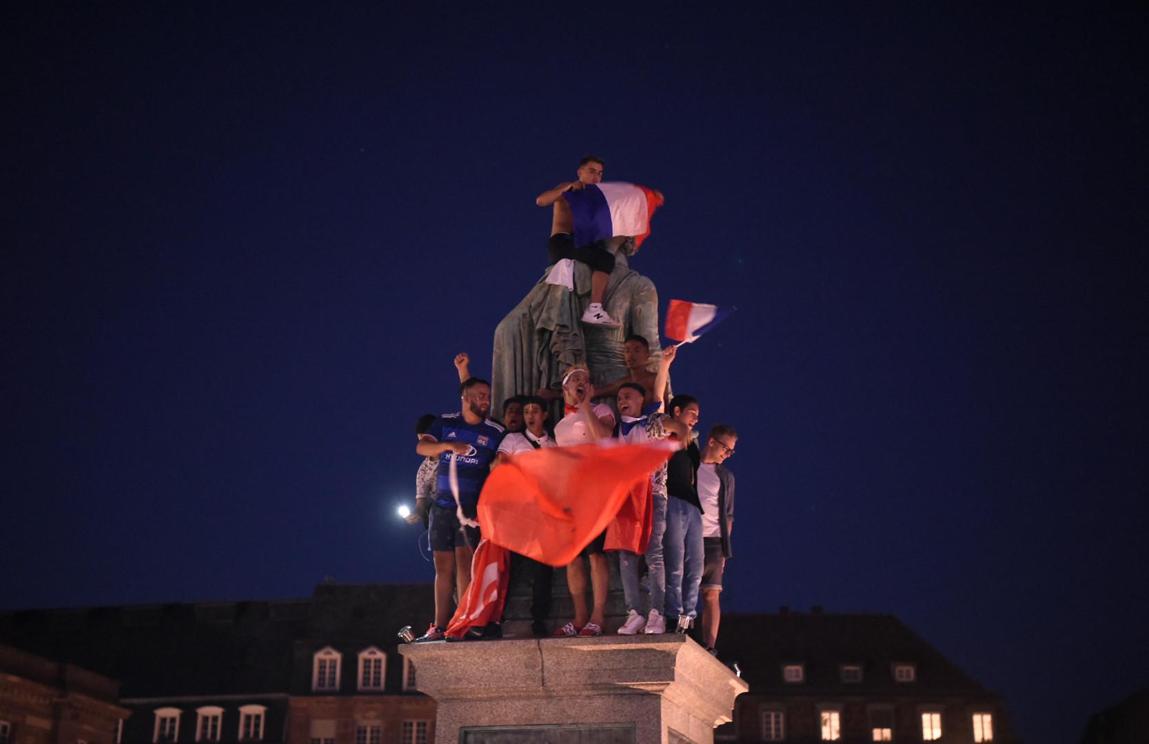 À Strasbourg, les supporters se sont hissés drapeau en main le plus haut qu'ils ont pu en montant ici sur une statue.