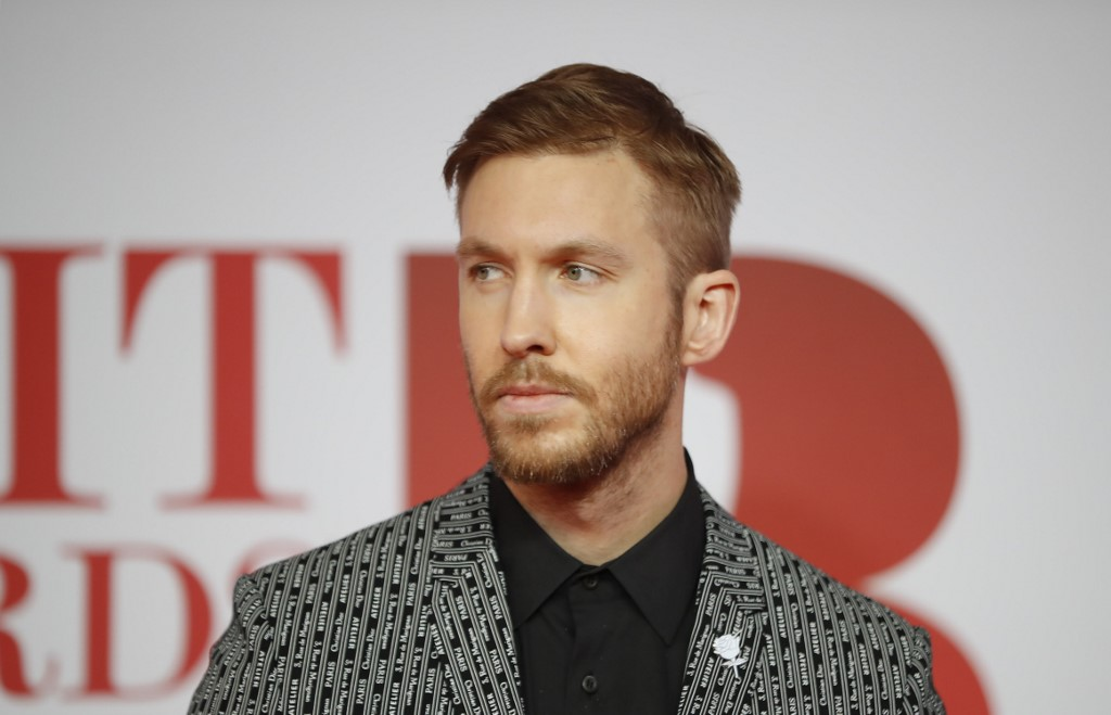Le DJ Calvin Harris prend la pose sur le tapis rouge des BRIT Awards de 2018 à Londres.