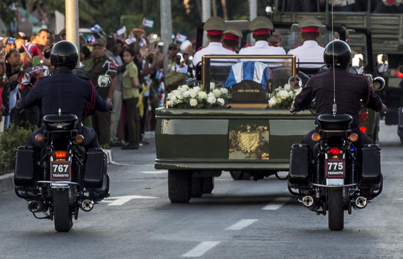 La procession transportant les cendres de Fidel Castro traverse les rues de Santiago de Cuba, 4 décembre 2016
