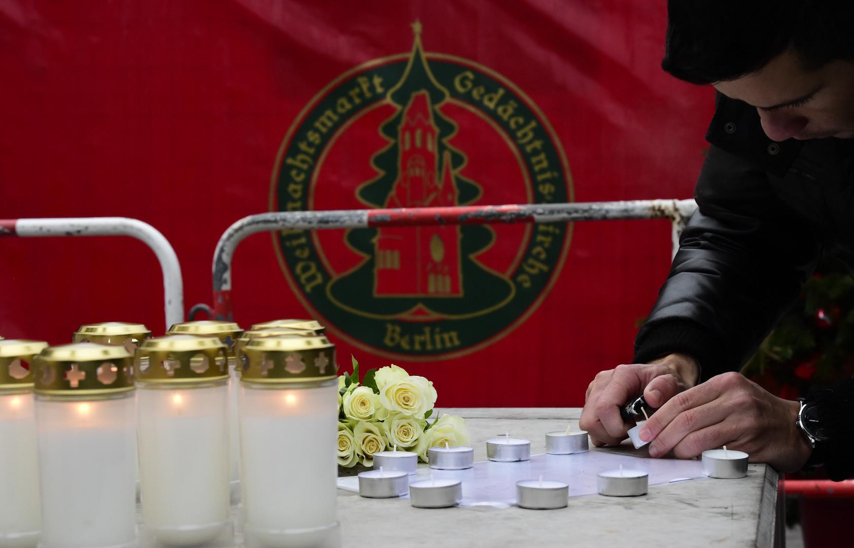 Des bougies sont allumées en hommage aux victimes de l'attentat de Berlin, près du marché de Noël, le 20 décembre 2016.
