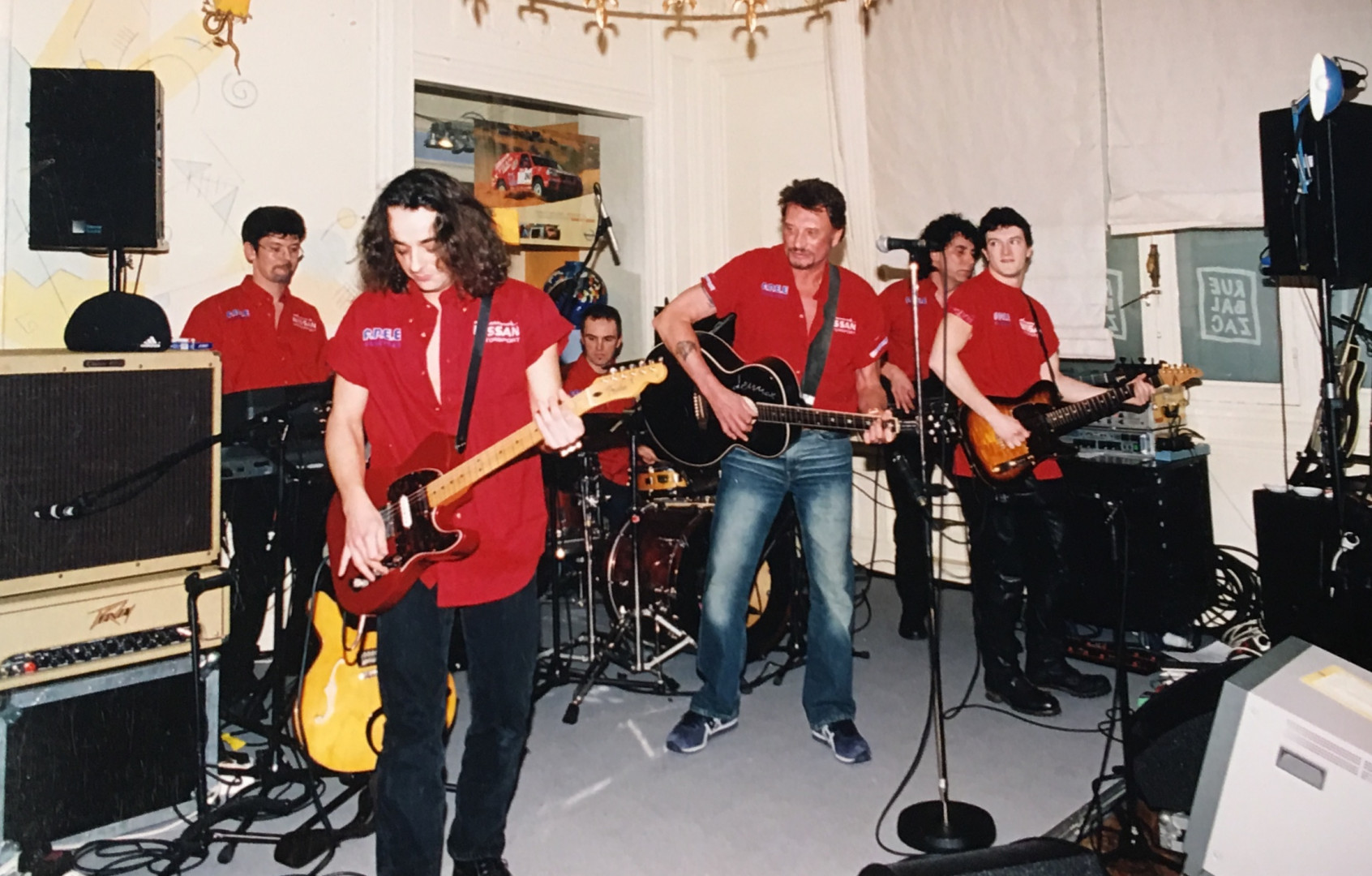 Quelque jours plus tard, Johnny invite toute l'équipe dans son restaurant, avec en surprise un concert privé