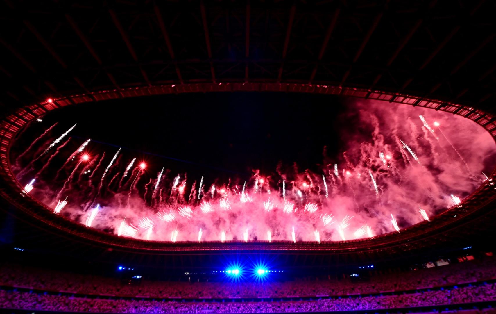 La cérémonie a débuté par un feu d'artifice