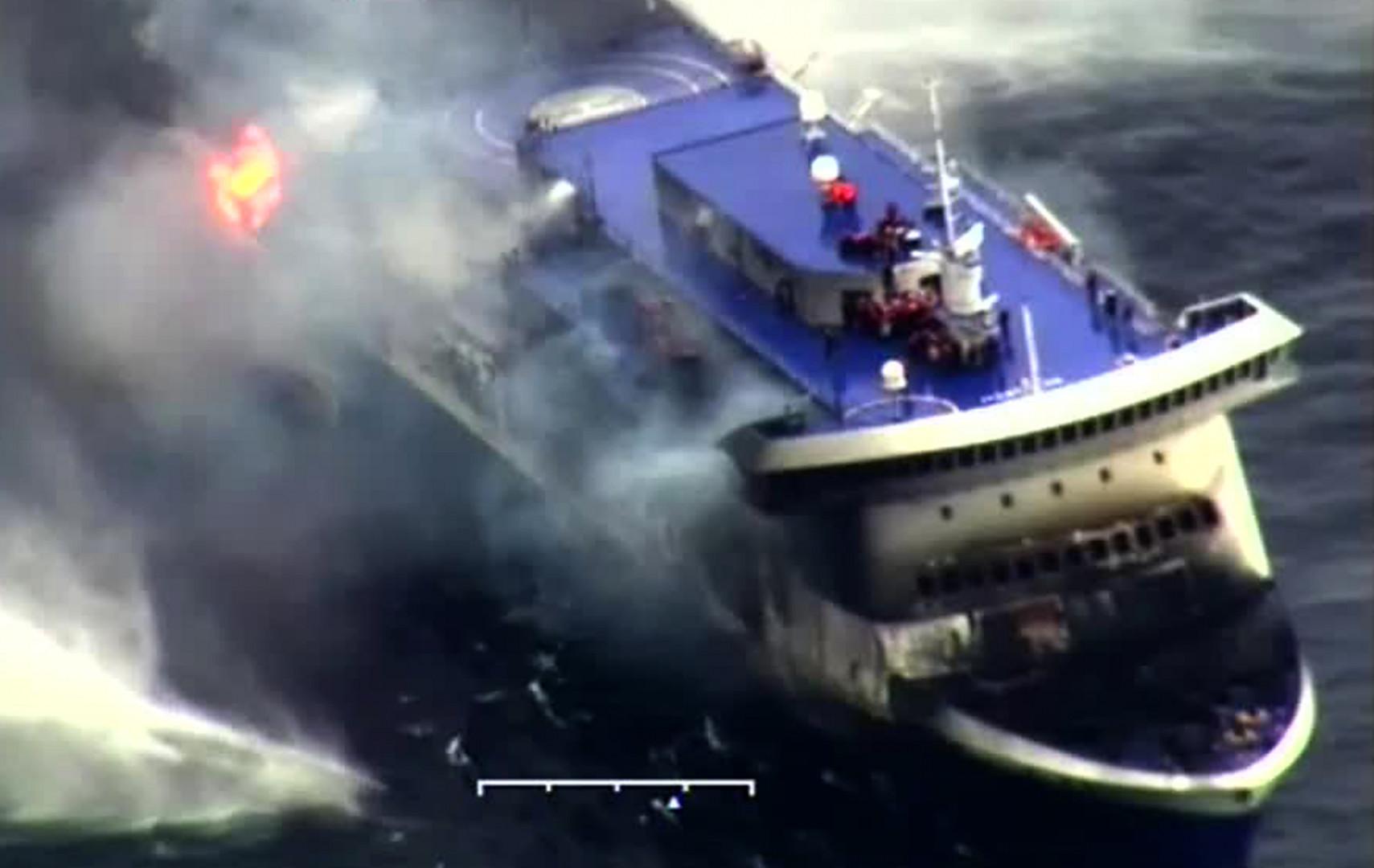 Une capture d'écran du ferry, vu du dessus, par la marine italienne.