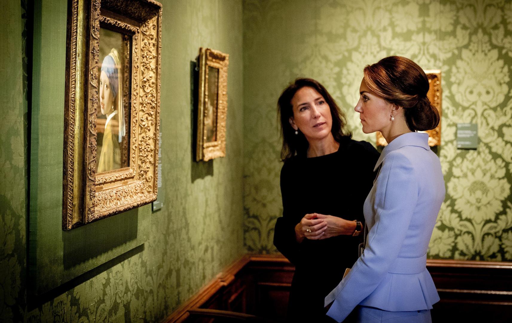 """La duchesse de Cambridge contemple le chef d'oeuvre de Vermeer """"La jeune fille à la perle"""" à La Haye"""