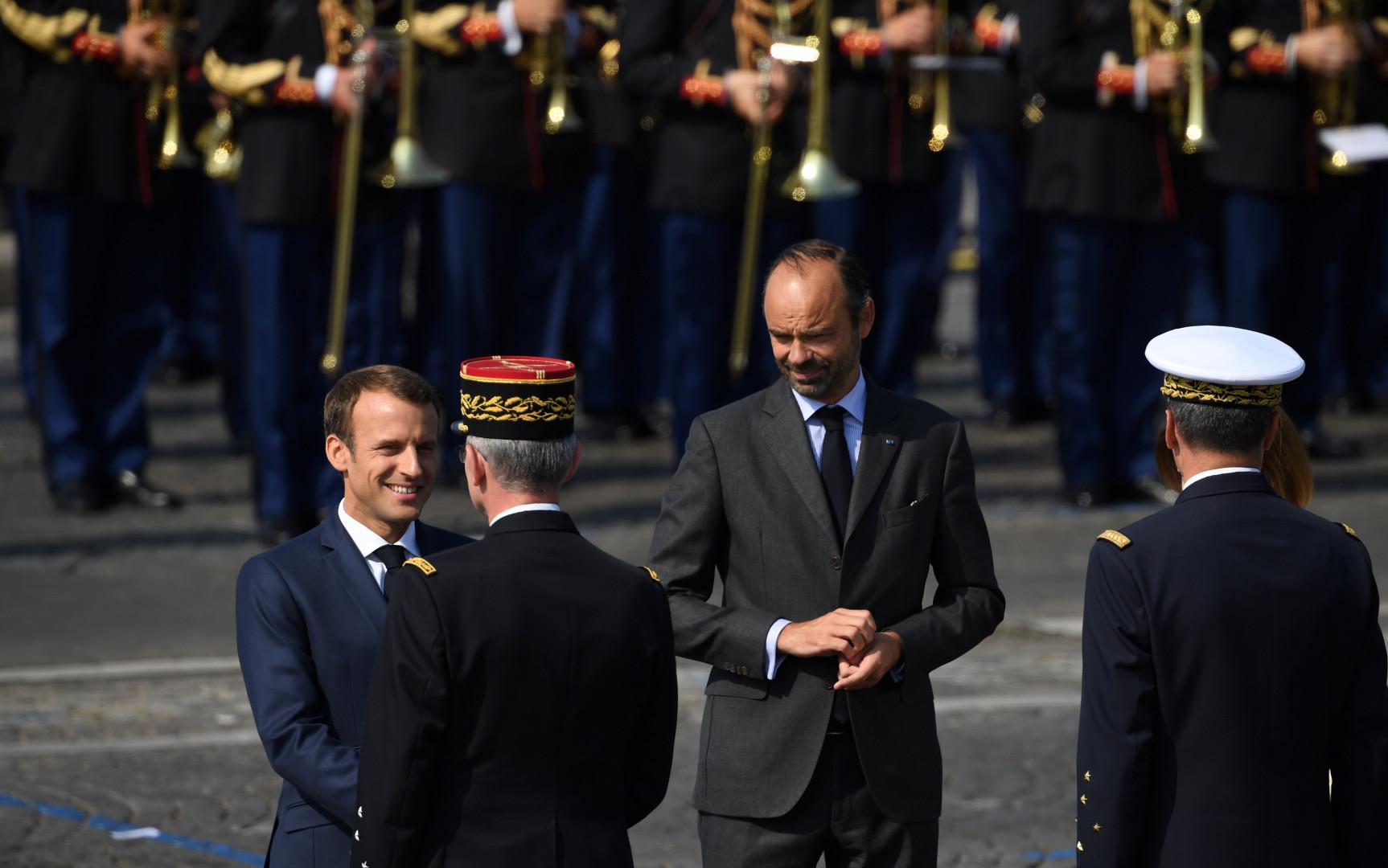 Macron et Philippe saluent les généraux avant le début du défilé