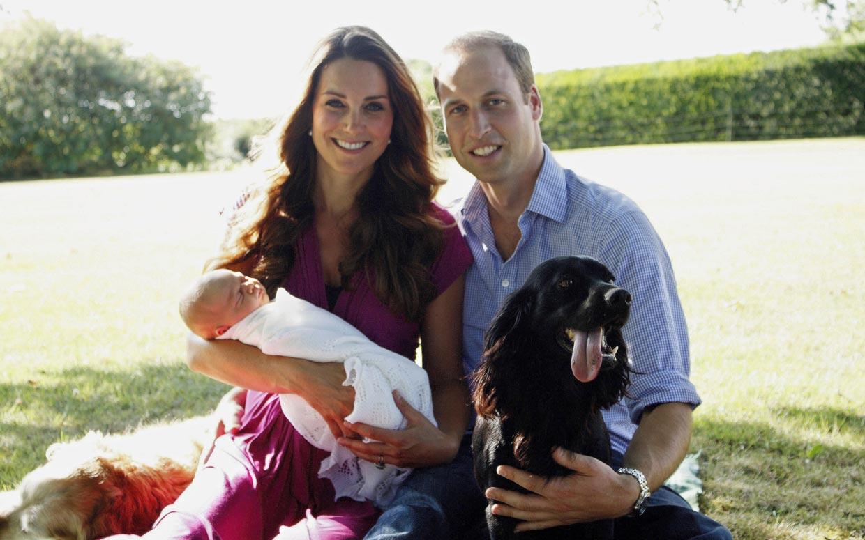 La première photo de famille avec le prince George et le chien Lupo en août 2013