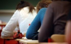 Paris : des lycéens se concentrent, le 11 juin 2007 au centre d'examen Molière.