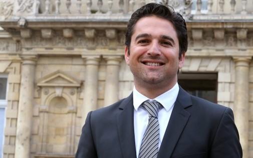 Le candidat Arnaud Robinet devant la mairie de Reims, le 10 janvier 2014