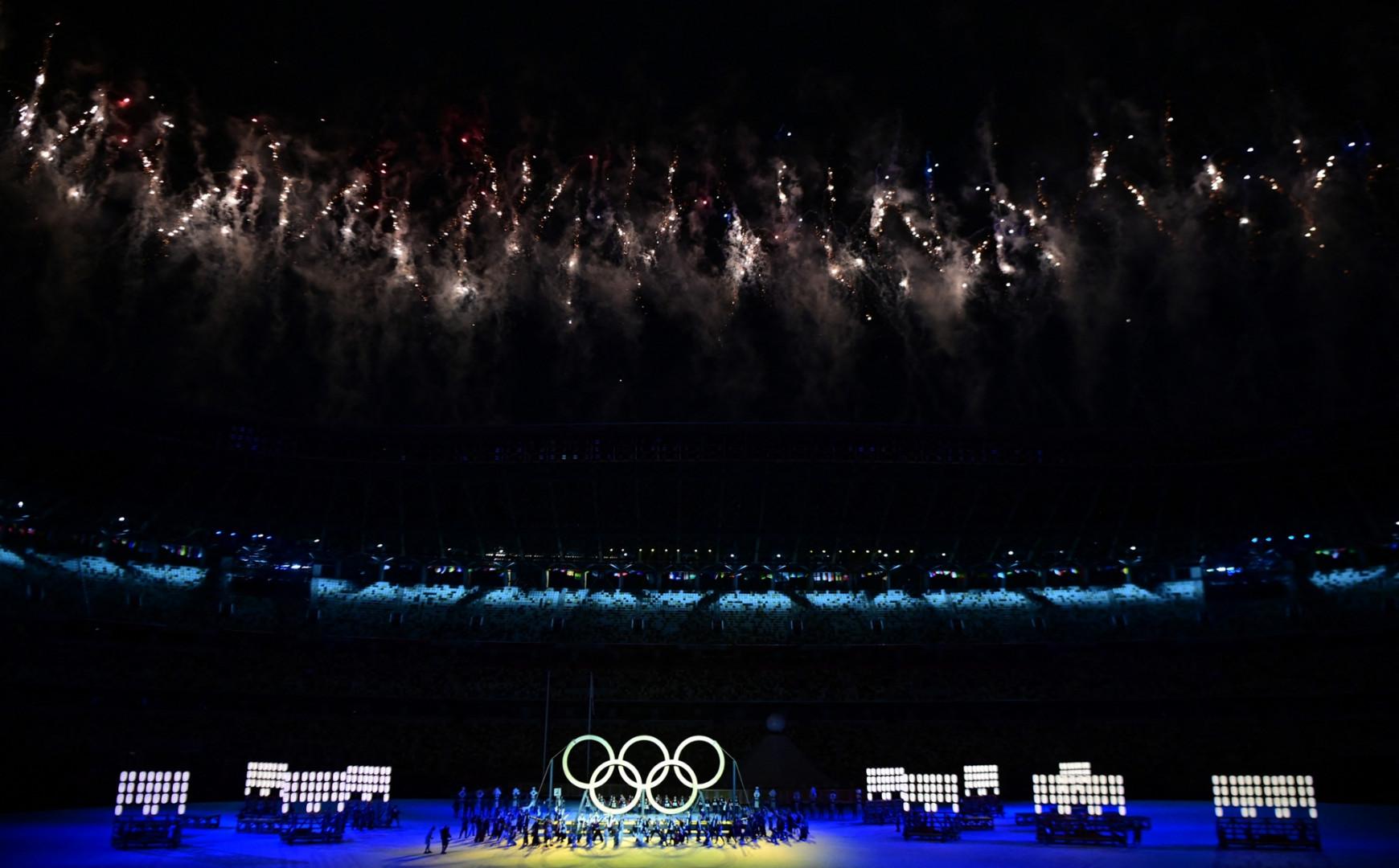 Les anneaux olympiques au milieu du stade olympique