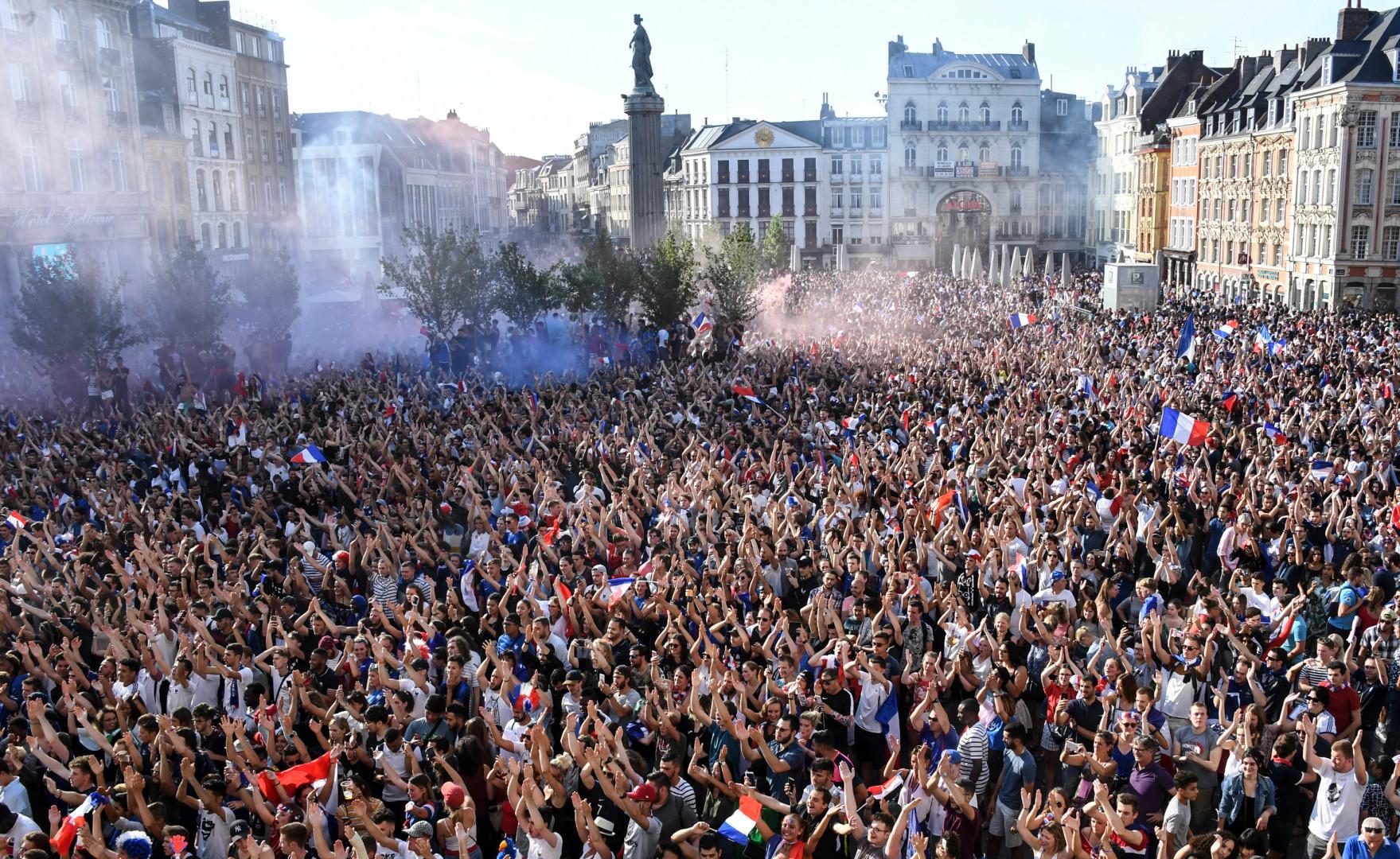 Les supporters exultent à Lille le 15 juillet 2018