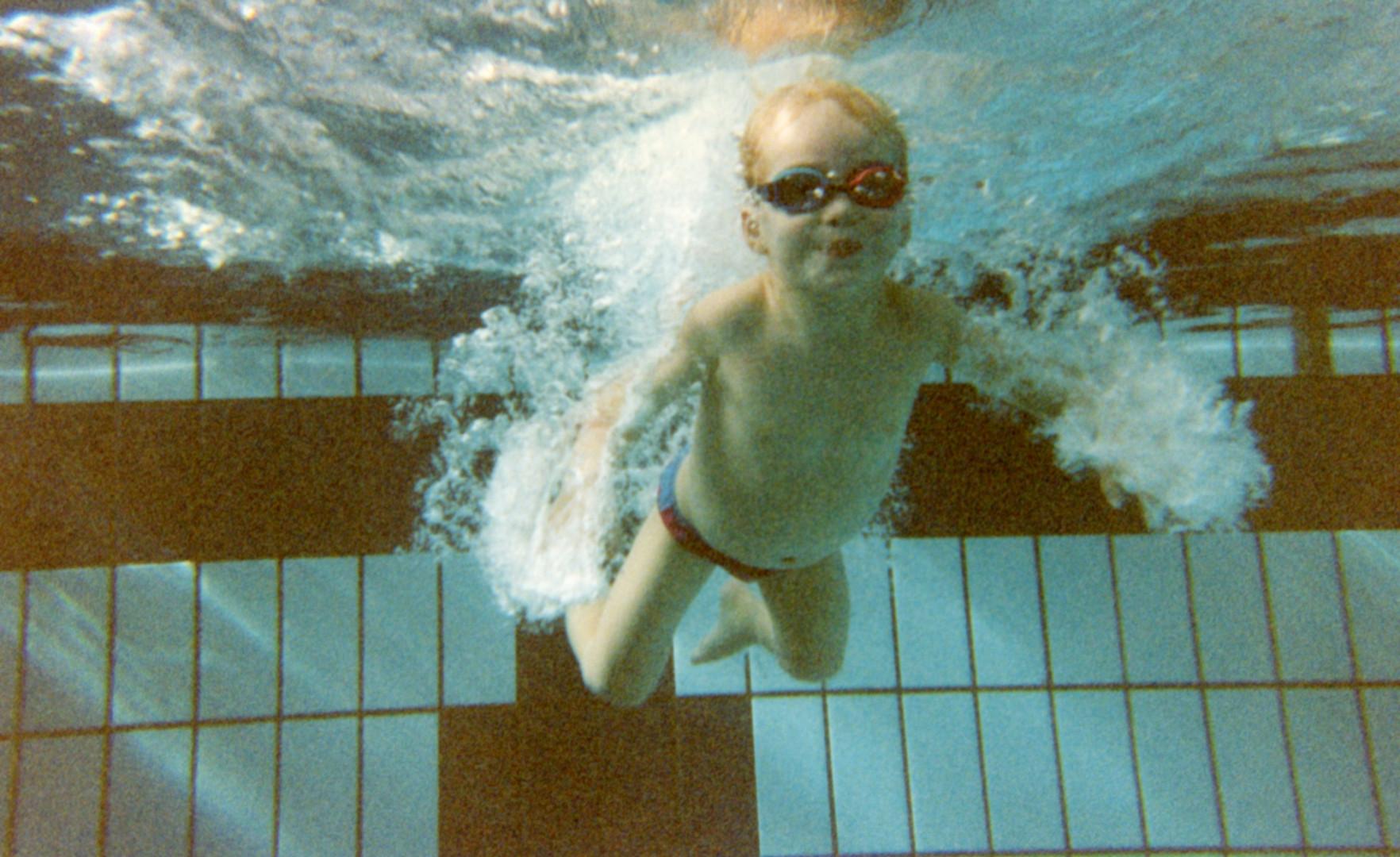 Kevin Mayer petit à la piscine