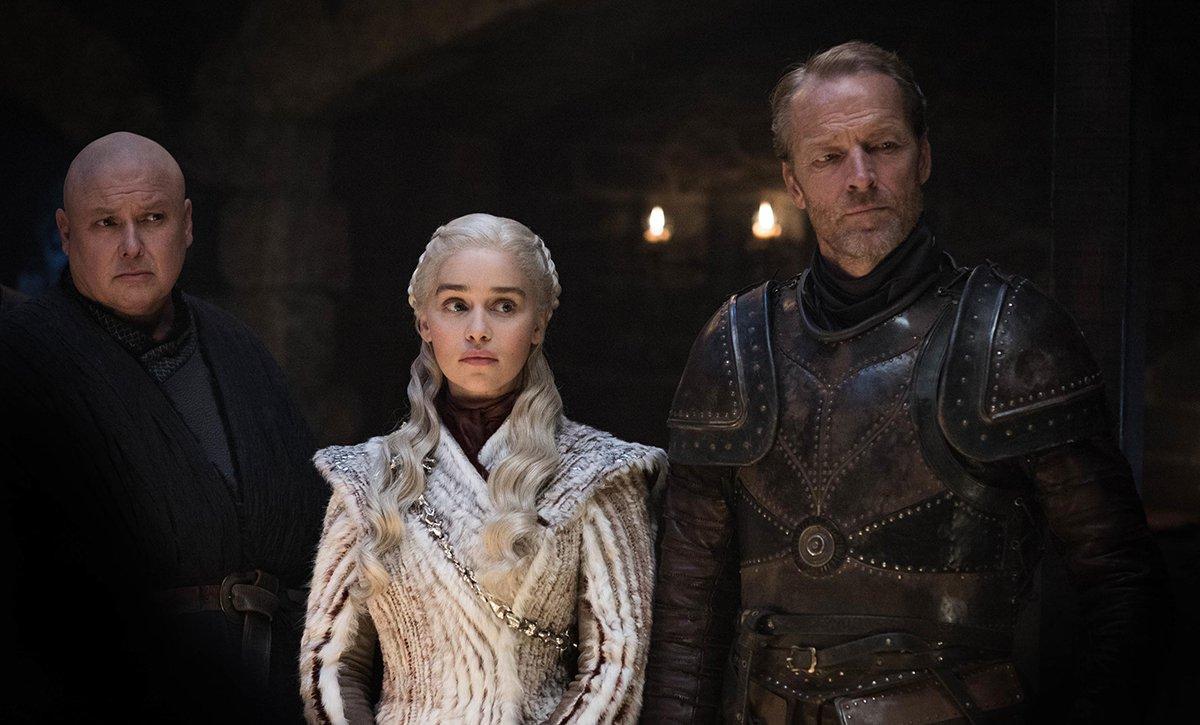 En face, pas trop dans le game, Daenerys entourée de Varys et Jorah Mormont