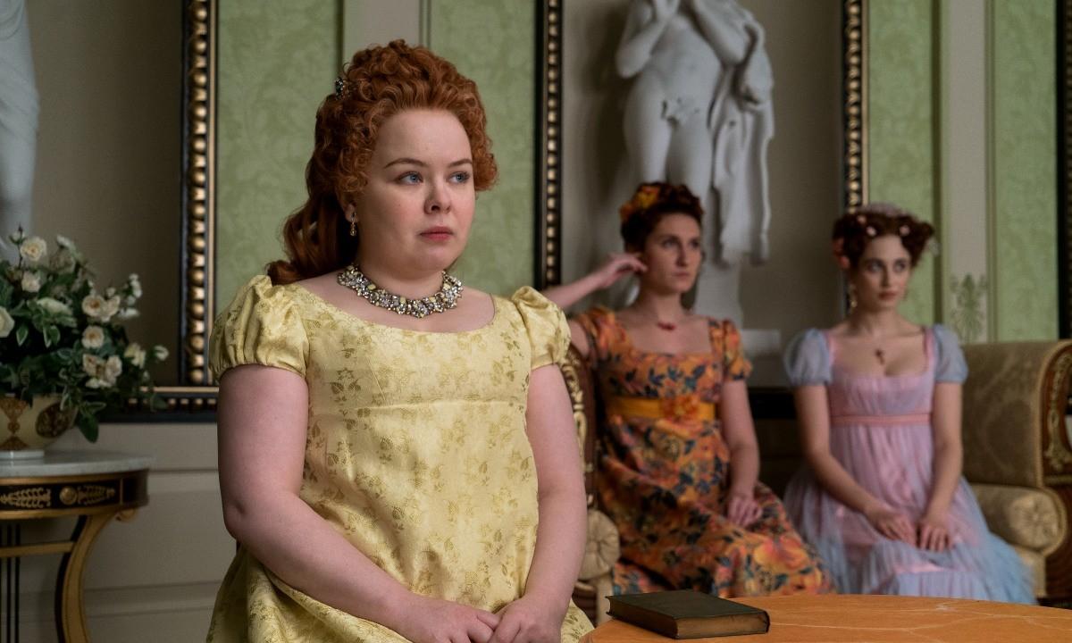Penelope, et ses robes jaunes, est incarnée par Nicola Coughlan