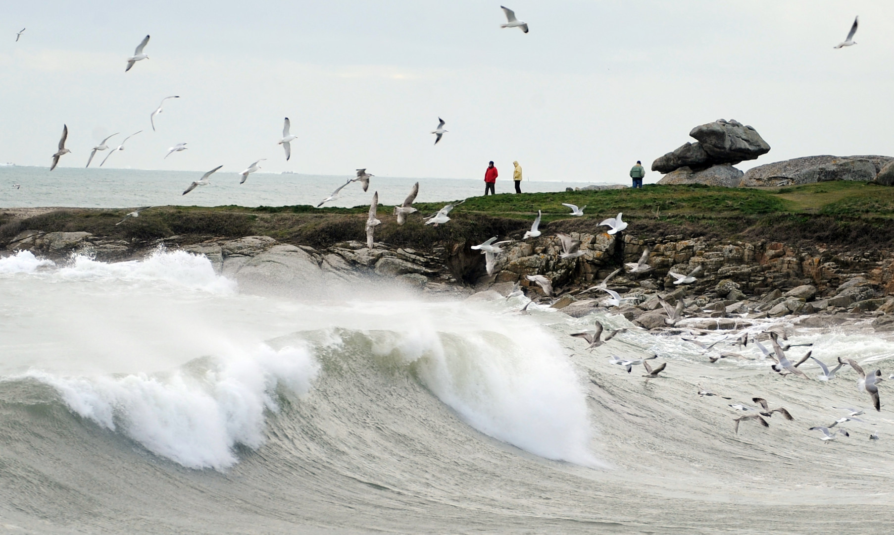 Des vagues près du port de Lesconil, le 20 février 2015.