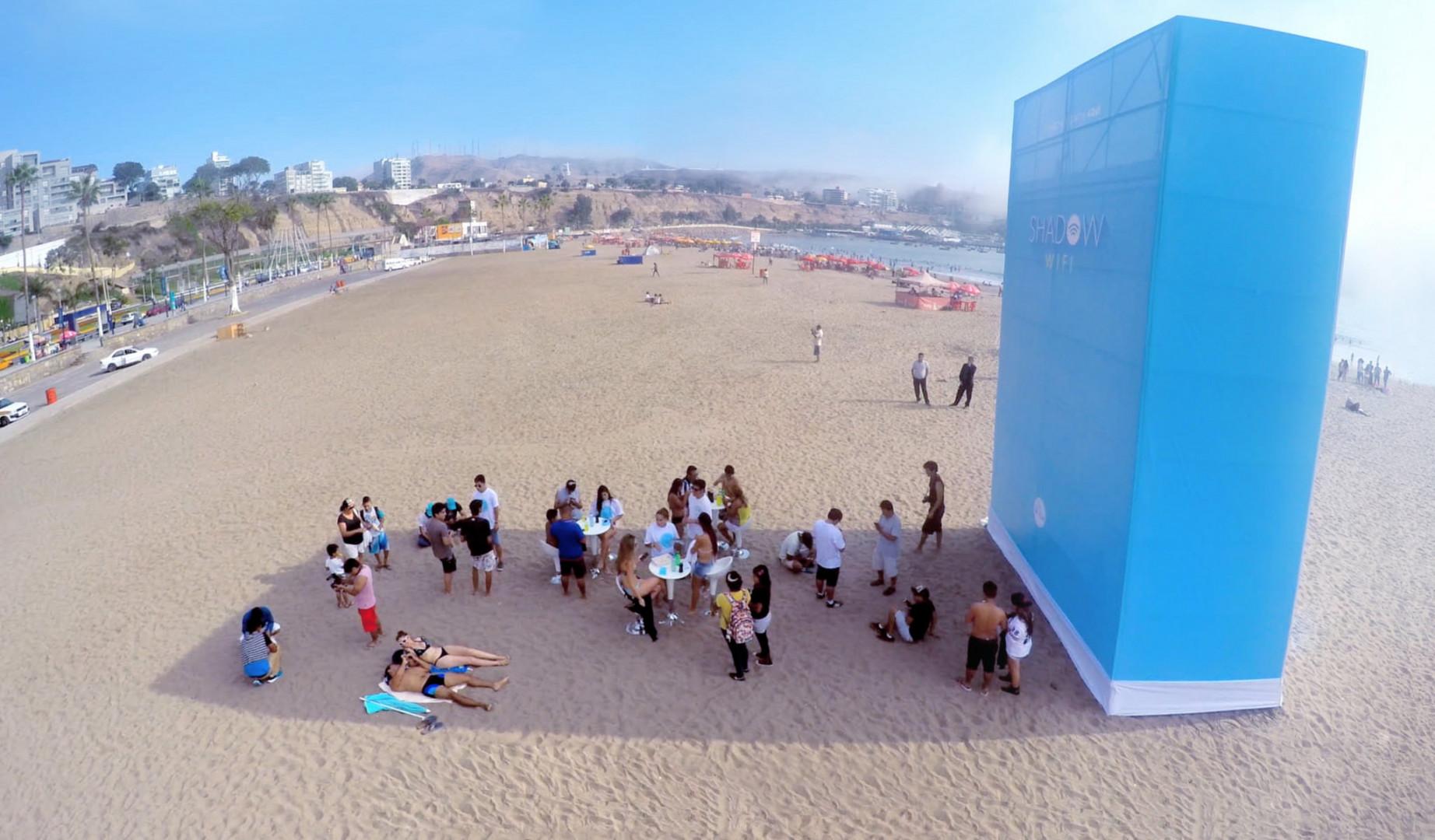 En maoi 2015, l'agence de communication Happiness Brussels ont installlé ces géantes bornes Wi-Fi sur une plage de Lima (Pérou). Dans la zone ombragée formée par cette tour, le Wi-Fi est disponible gratuitement.